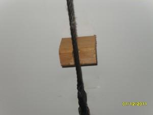 После натяжки троса нужно на расстоянии 40 сантиметров от петли с каждой стороны установить деревянные упоры высотой 5 сантиметров