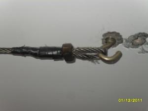 Перфоратором пробурить в потолке отверстия необходимой глубины и установить крюки