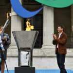 Клэр Ломас зажигает огонь паралимпийских игр в Лондоне на Трафальгарской площади